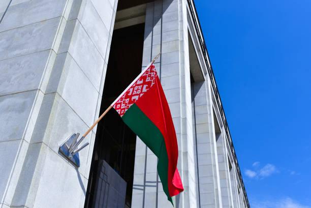 duża białoruska flaga na ścianie pałacu niepodległości - białoruś zdjęcia i obrazy z banku zdjęć