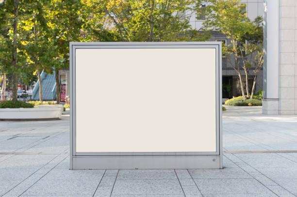 通りの壁に大きなブランクの看板バナー ルーム独自のテキストを追加するには - 看板 ストックフォトと画像