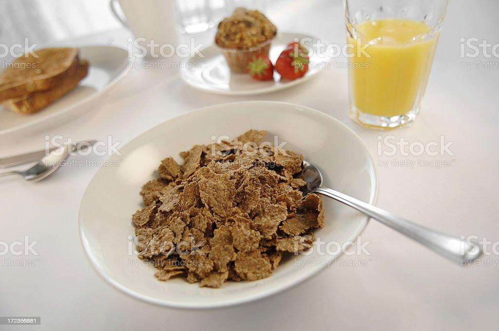 Un amplio desayuno con zumo de naranja, cereales, frutas, pan tostado. foto de stock libre de derechos