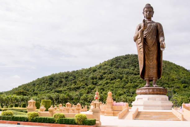 Große Bronze Statue von Buddha in Thailand von einem grünen Hügel – Foto