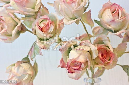Istock Rosas Y Brotes Sobre Un Fondo Blanco Flores Artificiales En