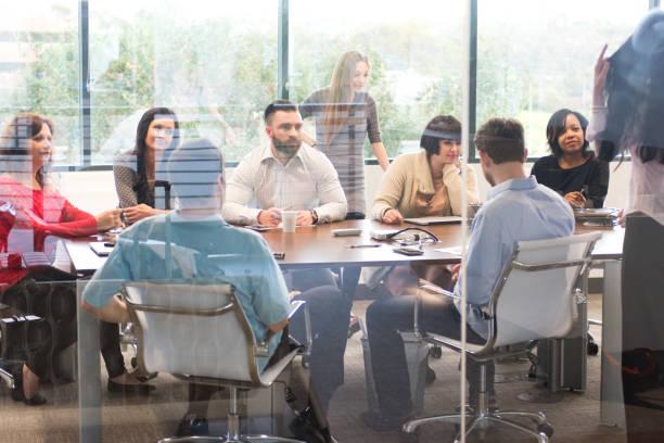 Réunion de l'équipe des grandes entreprises dans la salle de conférence du Bureau - Photo