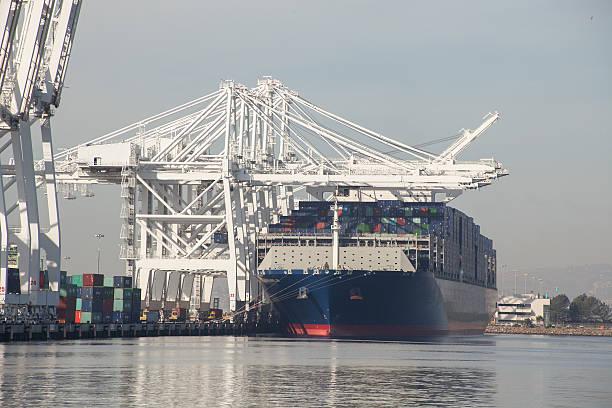 gran contenedor de carga recipiente acoplado puerto de los ángeles, california - gran inauguración fotografías e imágenes de stock