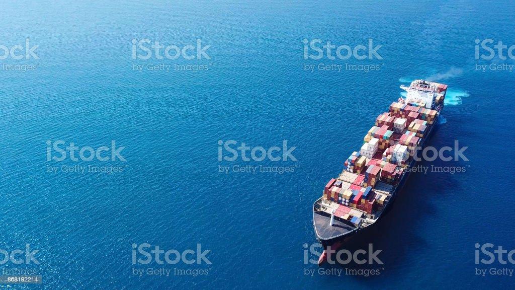 Gran barco de contenedores en el mar - de arriba hacia abajo de la imagen aérea - foto de stock