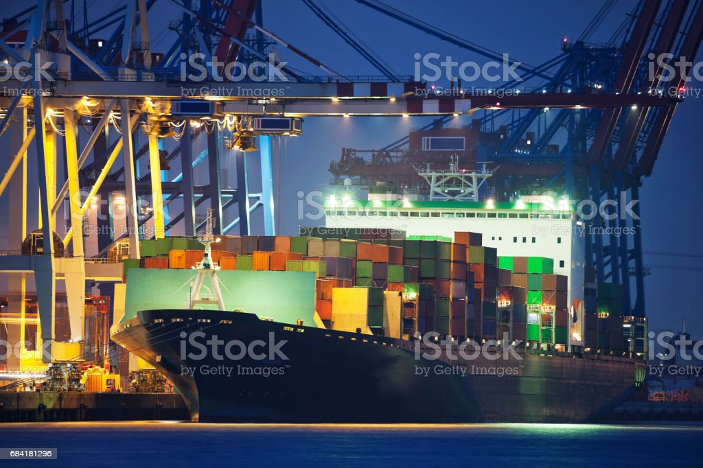 Large Container Ship Being Loaded at Night in Hamburg Harbour, Germany foto stock royalty-free