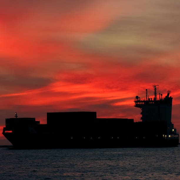 large container ship silhouette - großes 1x1 stock-fotos und bilder