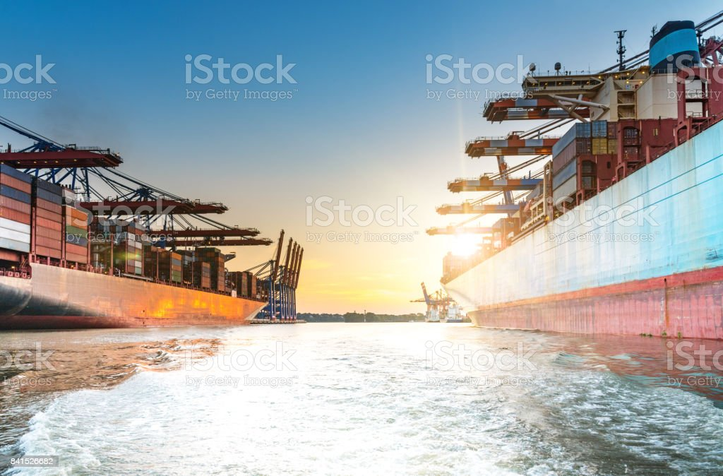 große Containerschiffe im Hafen bei Sonnenuntergang – Foto