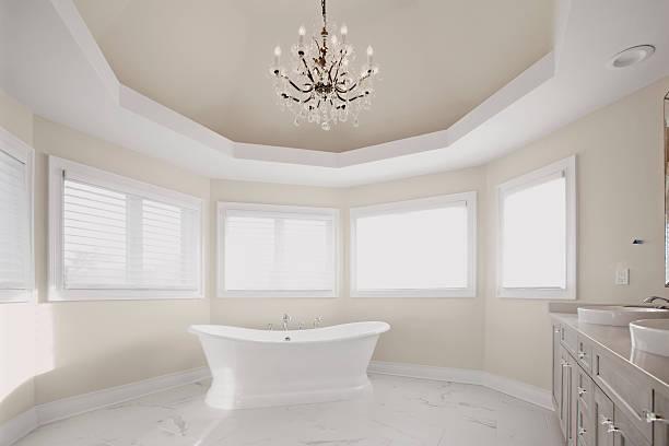 große, moderne badezimmer im wohngebiet hause - bad renovieren kosten stock-fotos und bilder