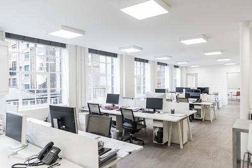 Large Contemporary Office Environment With Empty Stations And Electric Ceiling Lights — стоковые фотографии и другие картинки Без людей