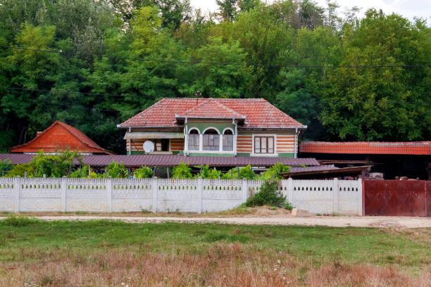 große landschaft-villa - stockwerke des waldes stock-fotos und bilder