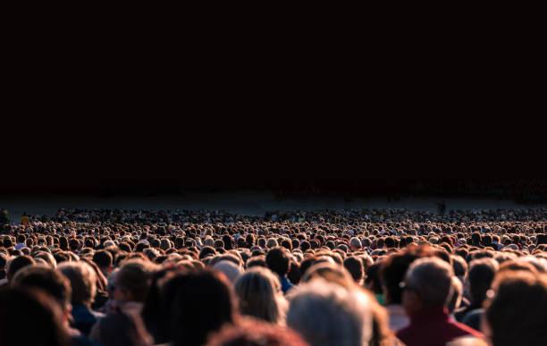 große gruppe von menschen - große personengruppe stock-fotos und bilder