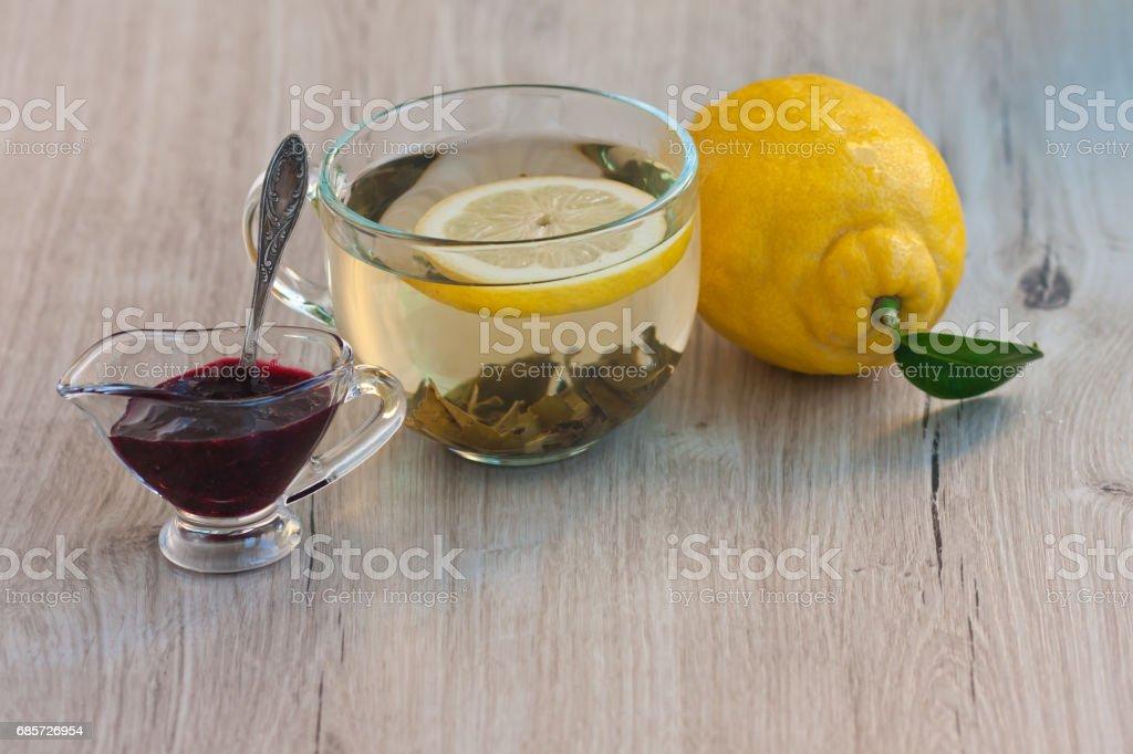 레몬, 잼 유리 컵과 근처 꽃 지 과일 차 큰 컵 royalty-free 스톡 사진
