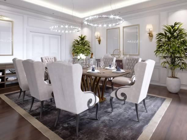großer esstisch für 8 personen im klassischen stil esszimmer, kristall-kronleuchter über der tabelle. die gestaltung des speisesaals. - esszimmer buffet stock-fotos und bilder