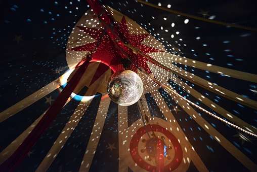 Large Disco Ball With Light Effects In Circus Tent 照片檔及更多 事件 照片