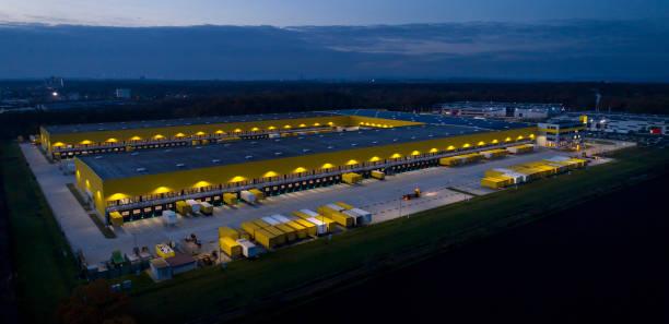 large distribution hub, trucks and trailers - magazyn budynek przemysłowy zdjęcia i obrazy z banku zdjęć