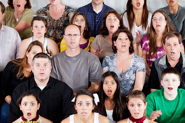 Große vielfältige Gruppe von Menschen schockierte im Spiel – Foto