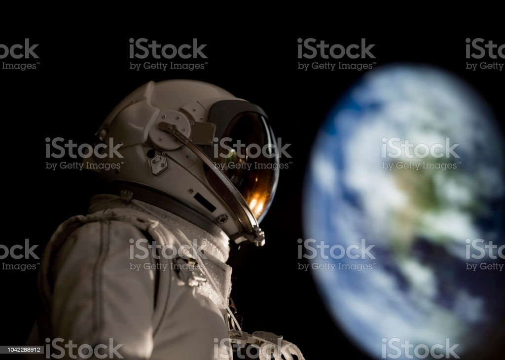 large earth and astronaut - foto stock