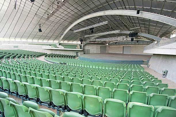 grand vide auditorium - demi cercle photos et images de collection