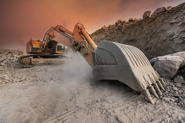 대형 굴 삭 기 돌 사막에서 먼지 구름에서 추출 - 건설 장비 뉴스 사진 이미지
