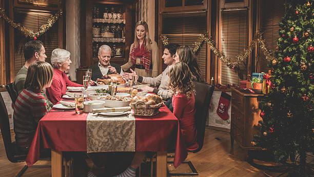 große familie, die weihnachtszeit - alte weihnachtsbäume stock-fotos und bilder