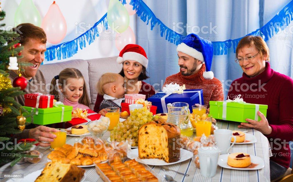 Spanien Weihnachtsessen.Austausch Von Geschenken Während Weihnachtsessen Großfamilie