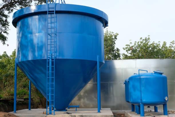 große industrielle Frischwassertank im ländlichen Raum – Foto