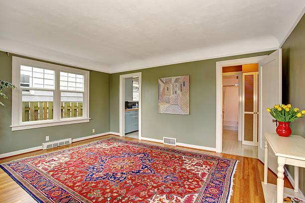 Vorne große Zimmer mit elegantem Dekor und Grünen Wände. – Foto