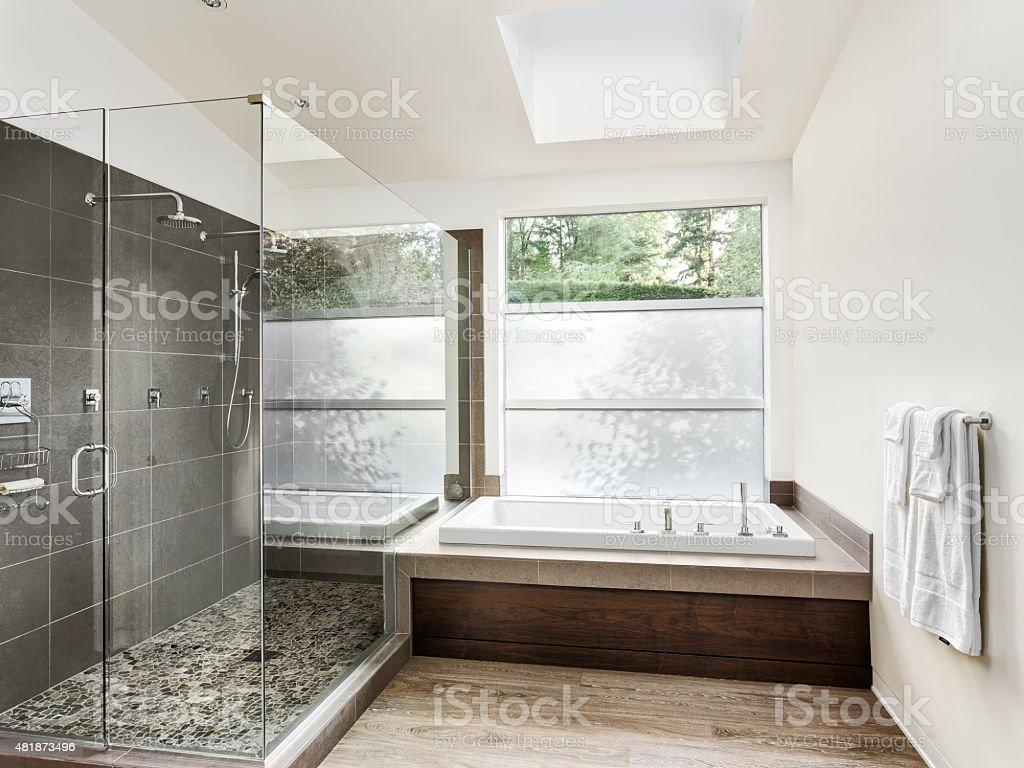 Große Möblierte Badezimmer In Luxushome Stockfoto und mehr Bilder ...