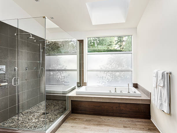 große möblierte badezimmer in luxus-home - badewanne holz stock-fotos und bilder