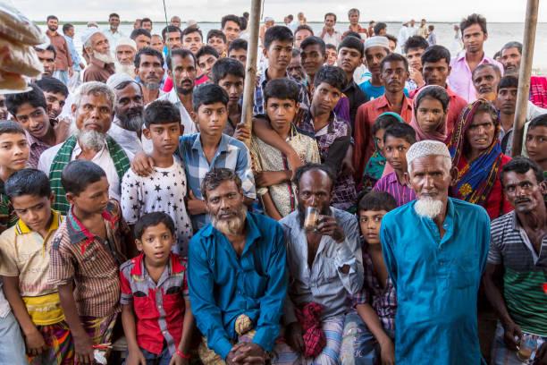 Meghna Fluß, Bangladesch - 15. Juli 2016: Große Gruppe von Bangladeshi Leute starren gespannt in die Kamera bei einem Tee-stall – Foto
