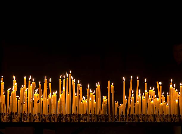 brennende kerzen - russisch orthodoxe kirche stock-fotos und bilder