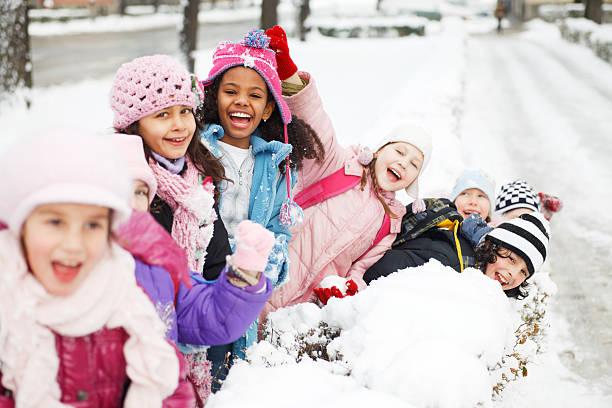 große gruppe von kindern, die spaß im schnee. - schneespiele stock-fotos und bilder