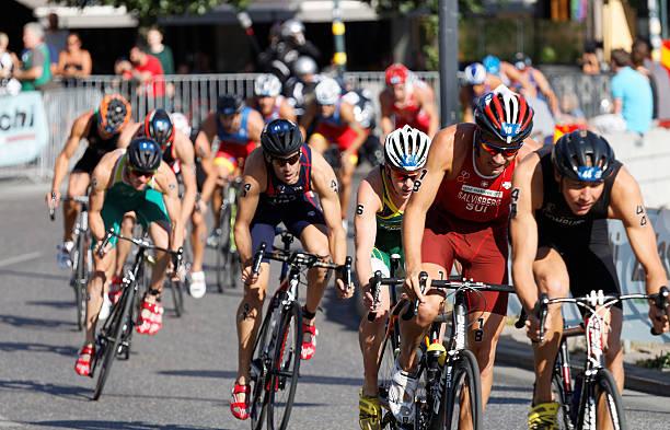 Gran Grupo de ciclismo triatlón competidores lucha - foto de stock