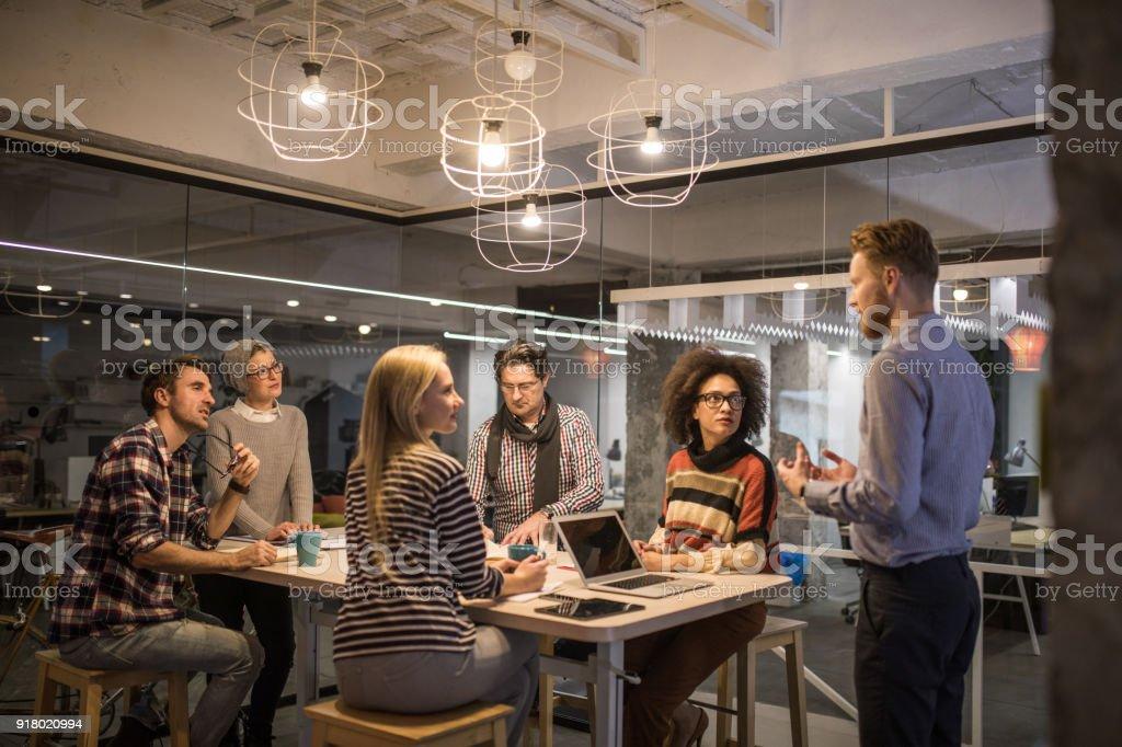 Große Gruppe von Unternehmern, die ein konstruktives Treffen im Büro. – Foto