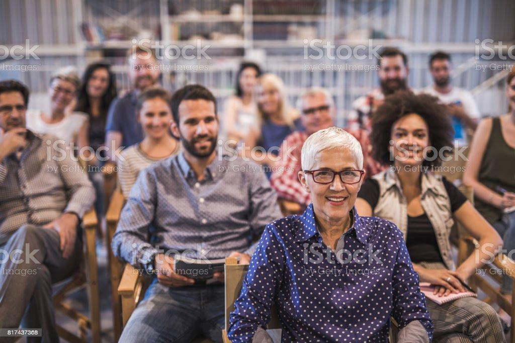 Große Gruppe von glücklich Geschäftsleute Seminarbesuch. – Foto