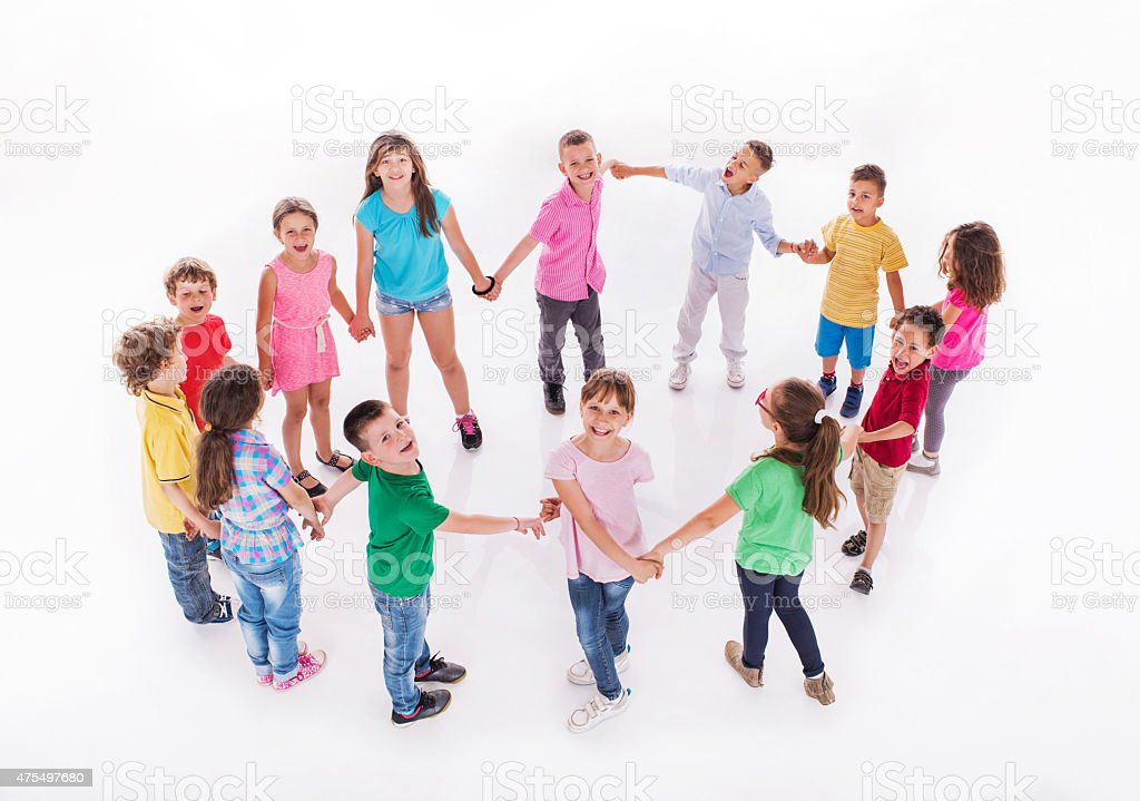 Grand groupe d'enfants heureux jouant Ronde enfantine. - Photo