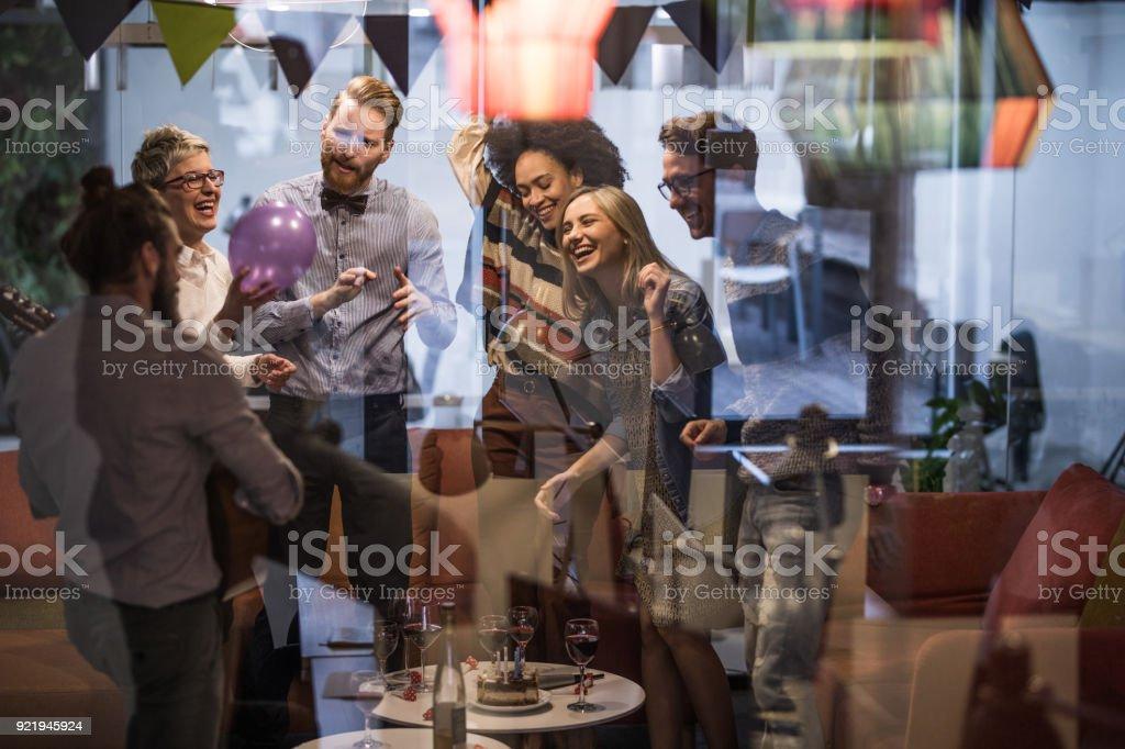 Große Gruppe von glücklich Unternehmer während Büro Party tanzen. – Foto
