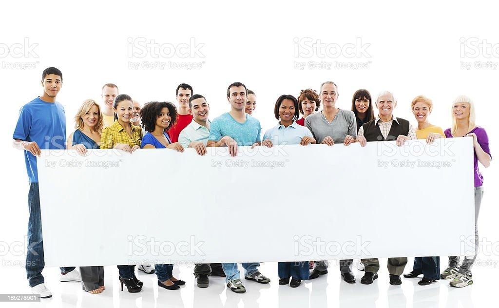 Grande grupo de pessoas felizes segurando um grande quadro branco. - foto de acervo