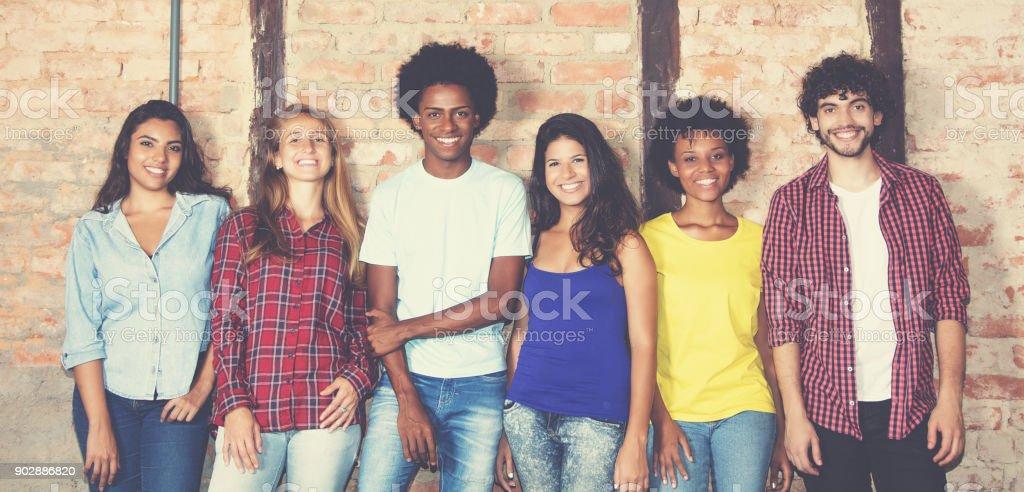 Grande grupo de hipster internacional homem e mulher - foto de acervo