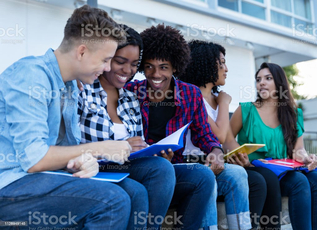 Grupo grande de estudiantes internacionales de aprendizaje al aire libre en el campus - foto de stock
