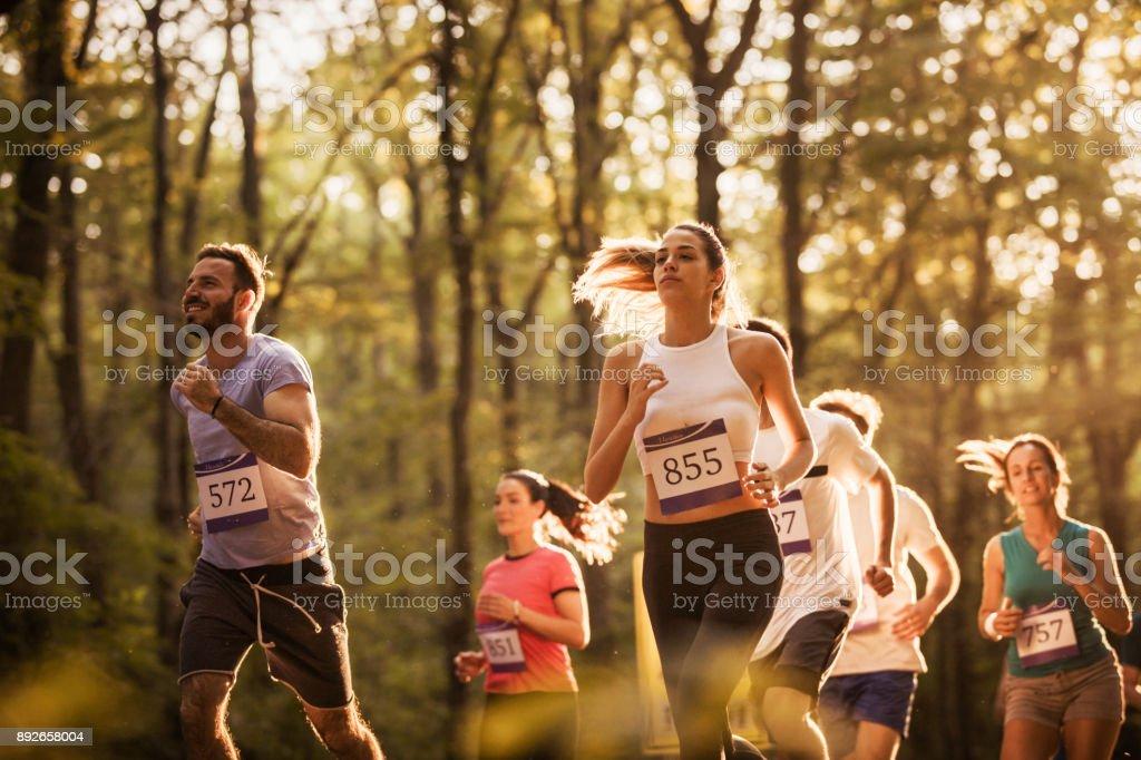 Große Gruppe von motivierten Läufer einen Marathon zu laufen, in der Natur. – Foto