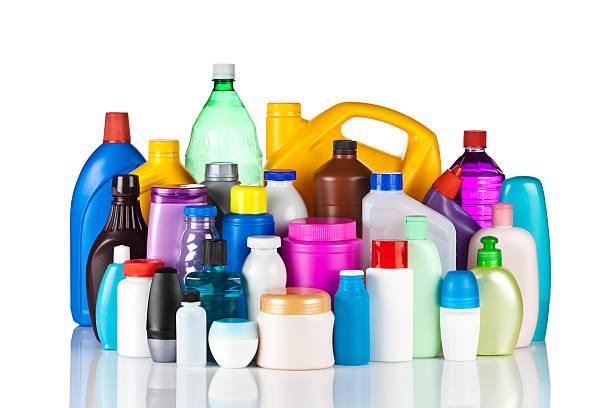 Grupo grande de multicolored frascos de plástico contra fondo blanco - foto de stock