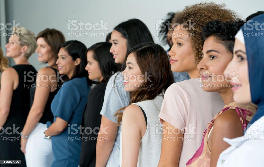 Große Gruppe von multi-ethnischen Frauen Lächeln – Foto