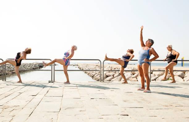 Große Gruppe von alte Personen, einem Fitnesskurs – Foto