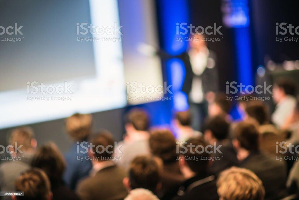 Grupo grande de personas escuchando la presentación - foto de stock