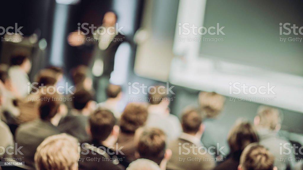 Grande gruppo di persone si ascolta una presentazione - foto stock