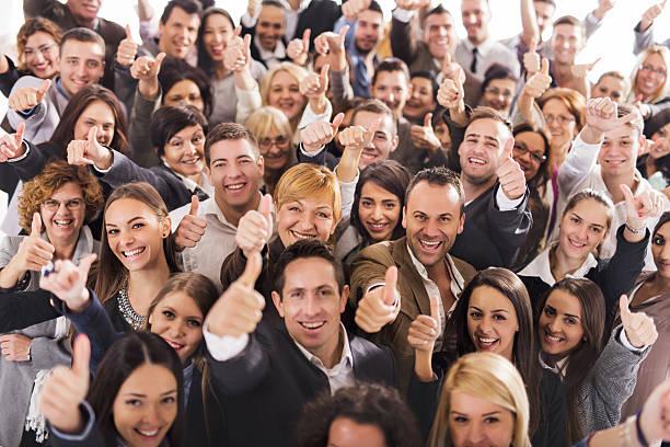 Gruppe von glückliche Unternehmen Menschen zeigen Daumen hoch. – Foto