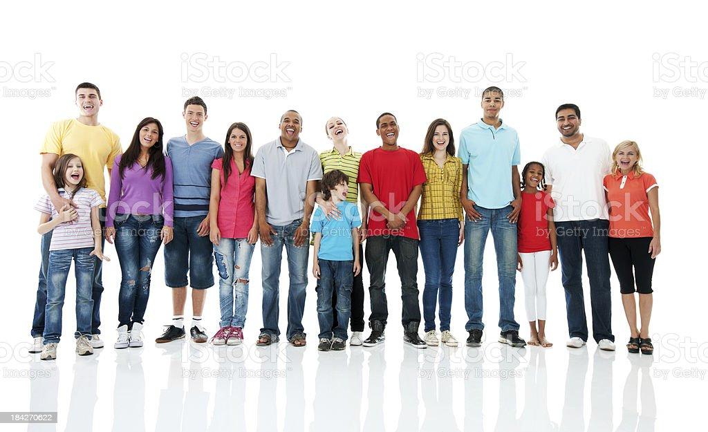 fotografía de grupo grande de personas de pie y mirando a la cámara