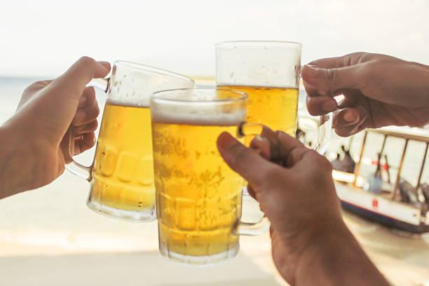 Grande gruppo di persone brindando con birra - foto stock