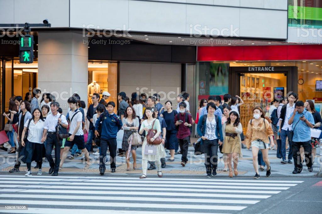 Große Gruppe von Menschen zu Fuß über Straße in Tokio, Japan – Foto